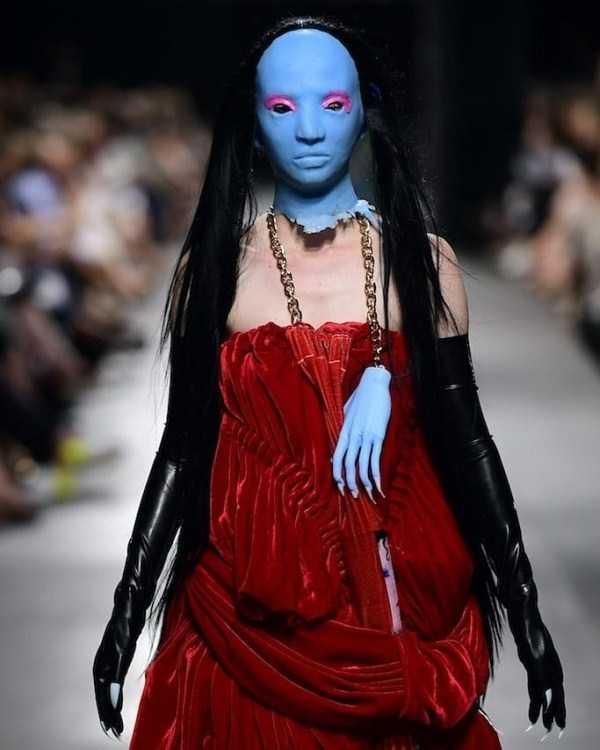 модель в синей маске на подиуме