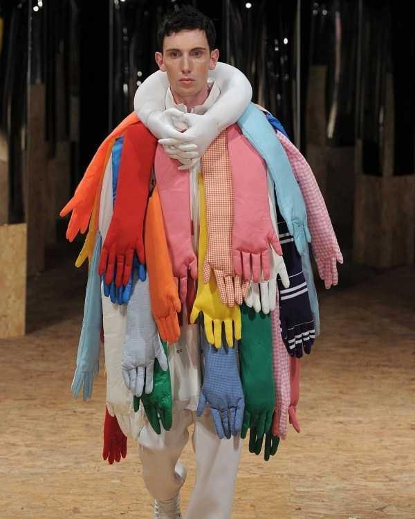 парень с пальто из перчаток