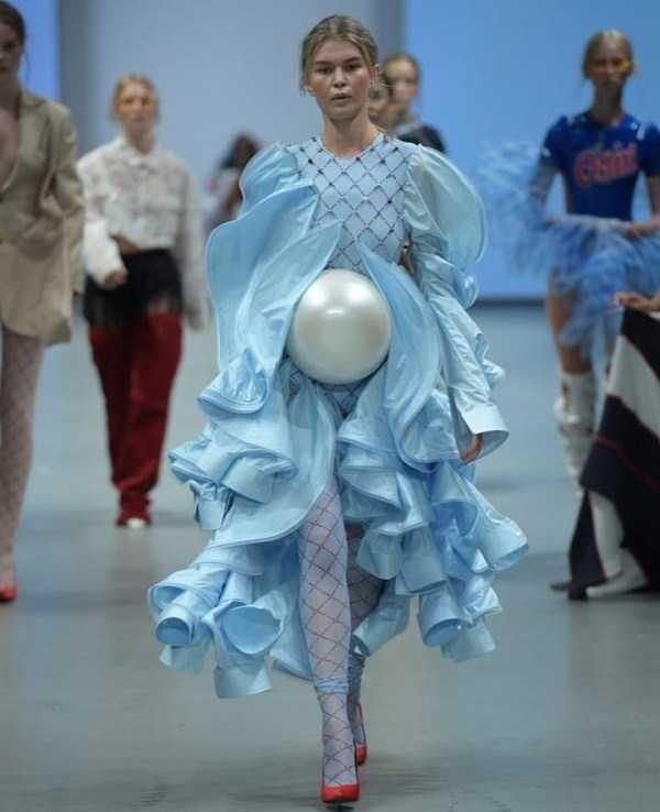 девушка в голубом платье на подиуме