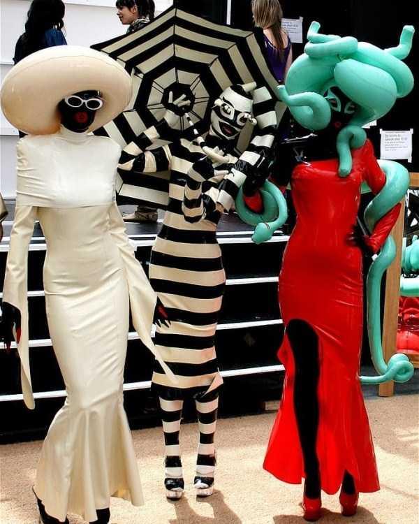модели в странной одежде