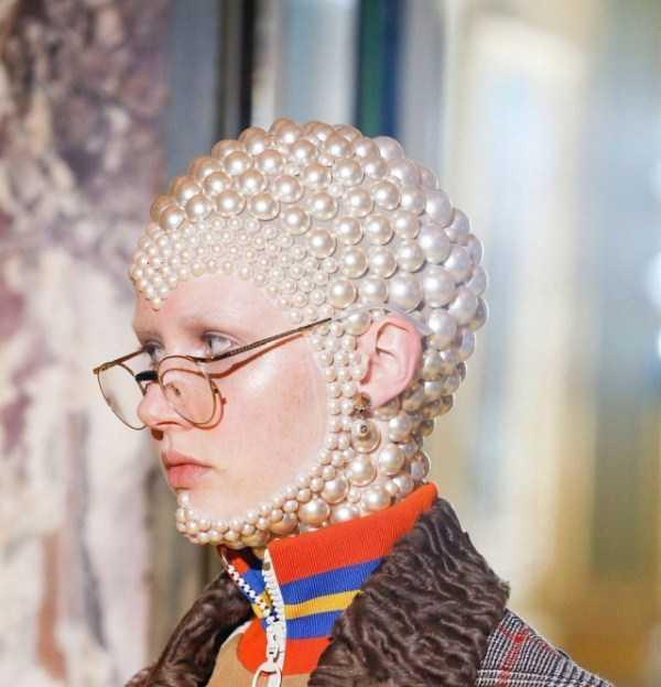 девушка в очках с бусинами на голове
