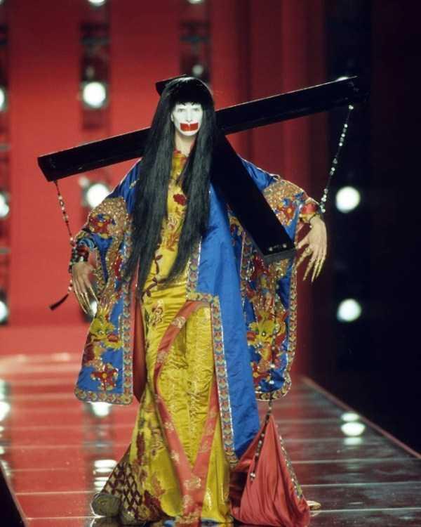 модель в японской одежде на подиуме