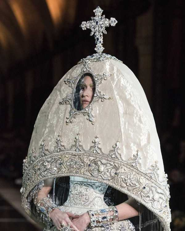 модель с крестом на голове