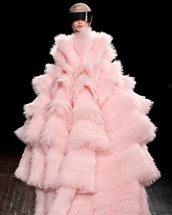 девушка в розовой шубе