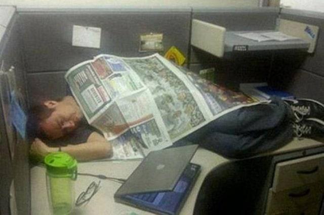 мужчина спит на работе