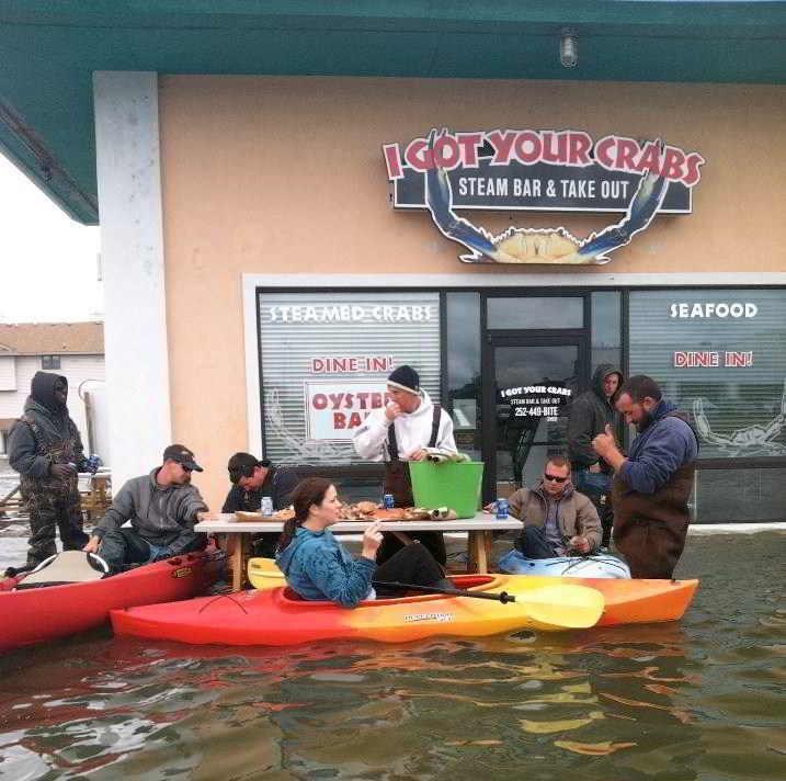 люди в лодках едят за столом