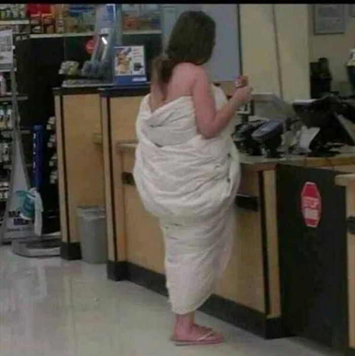 девушка в одеяле на кассе