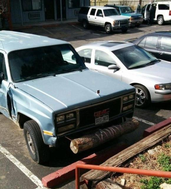 машина с деревом вместо бампера