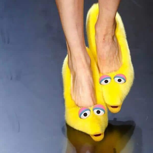 желтая обувь с глазами