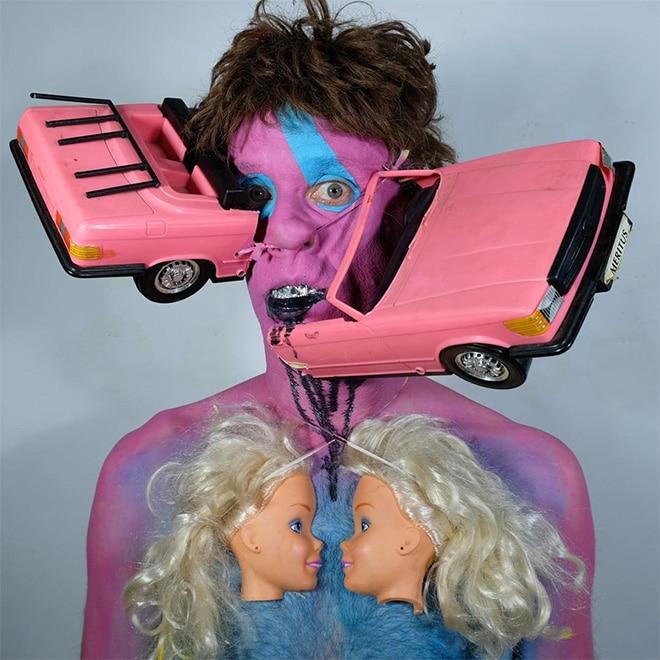 мужчина с розовой машиной на лице