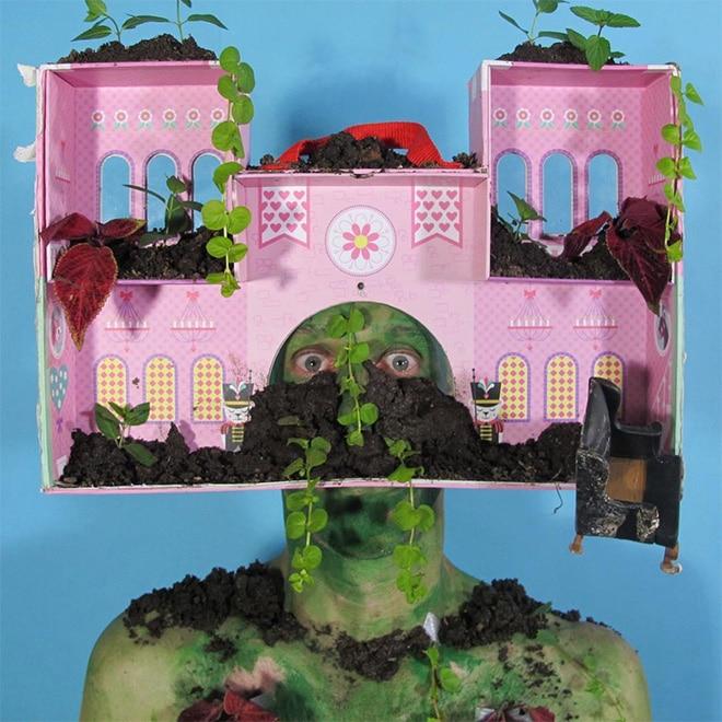 дэвид генри с кукольным домом на голове