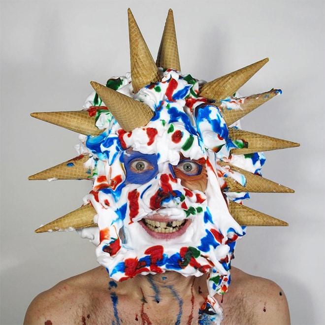 мужчина с мороженым на лице