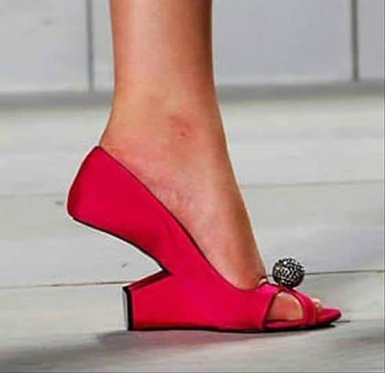 красные туфли на ногах