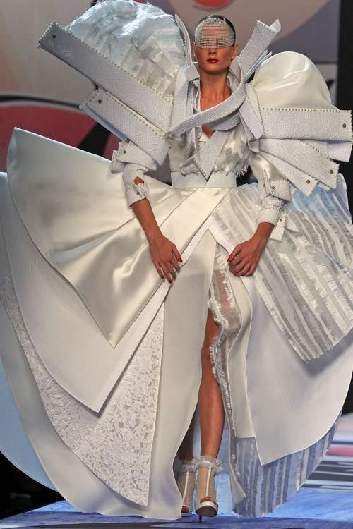 модель в геометрическом платье