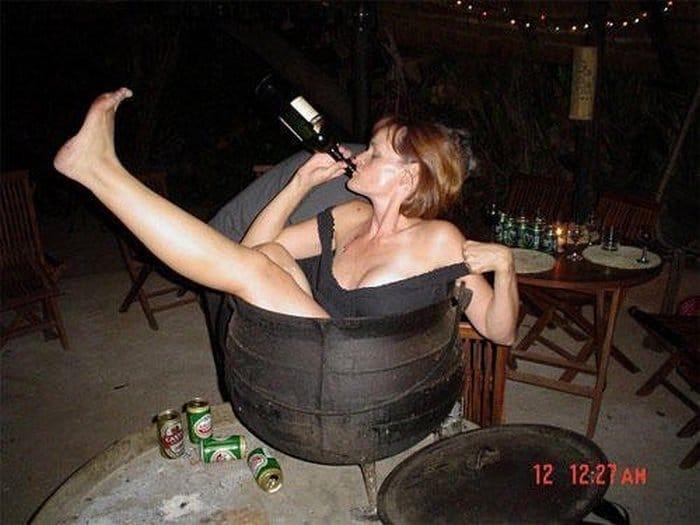 женщина пьёт алкоголь