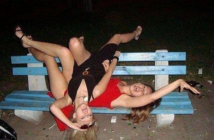 девушки лежат на скамейке
