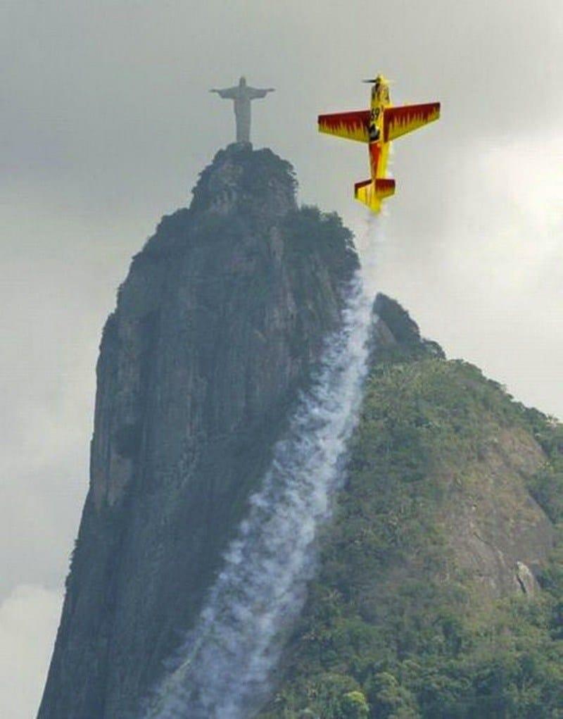 статуя христа спасителя и самолет