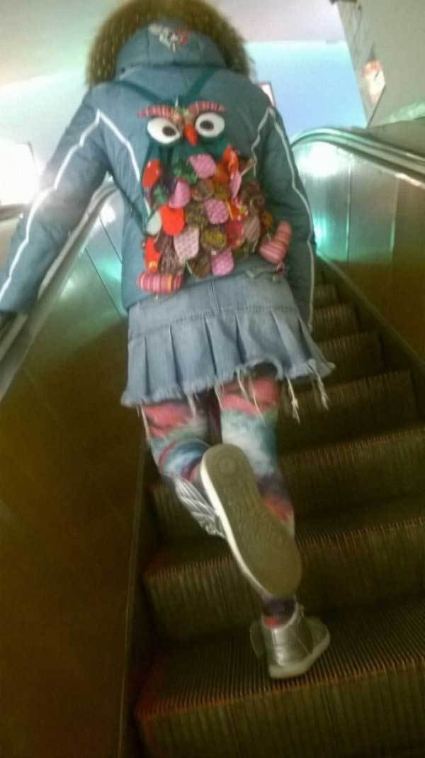 девушка с рюкзаком на эскалаторе