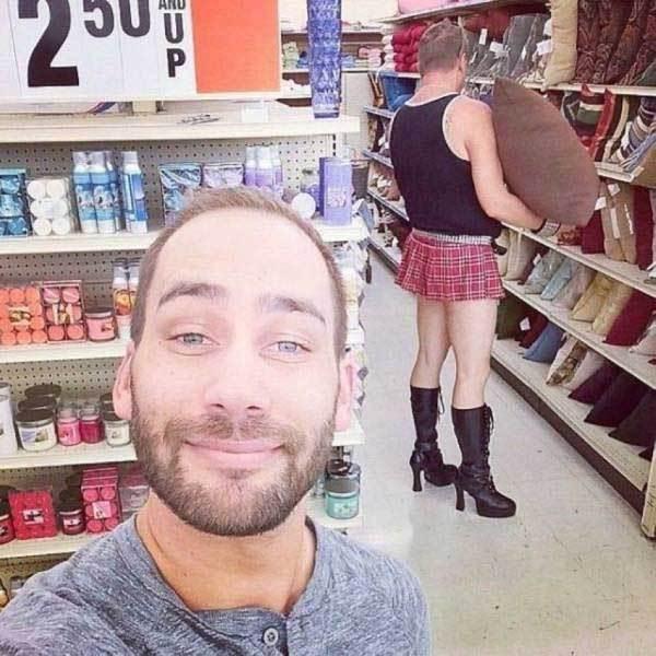 мужчина в сапогах и юбке