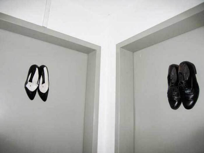 обувь на двери туалета