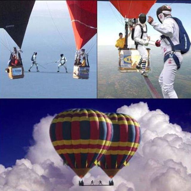 фехтовальщики между двумя воздушными шарами