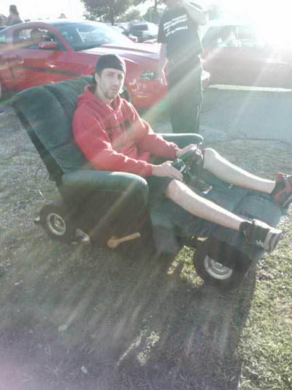 мужчина в кресле на колесах