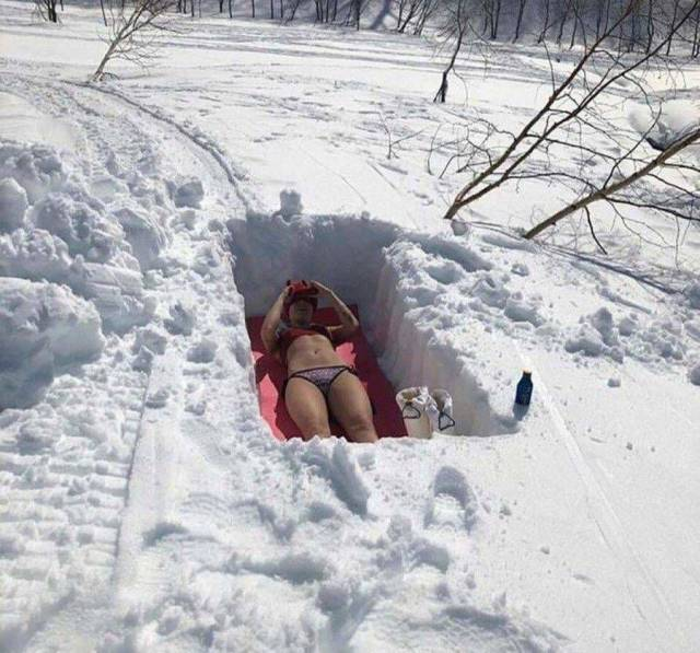 девушка загорает зимой