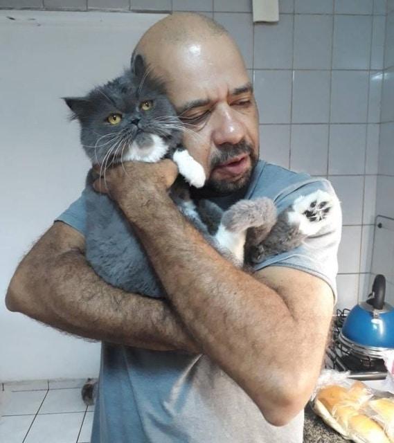 мужчина обнимается с котом