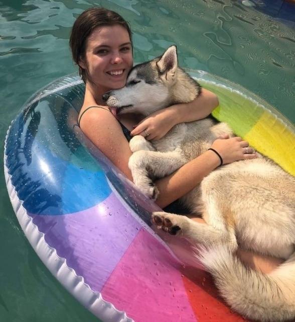 хаски обнимается с хозяйкой в бассейне