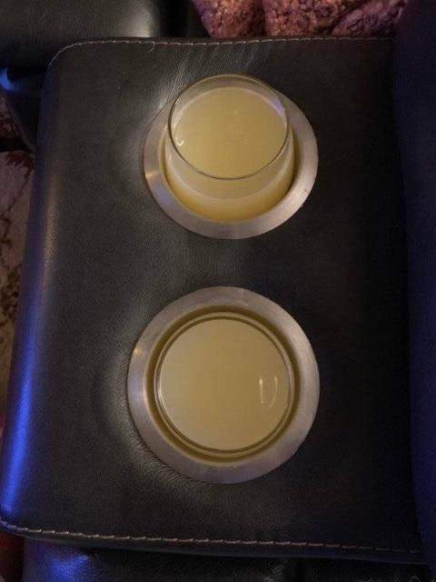 подлокотник и стаканы
