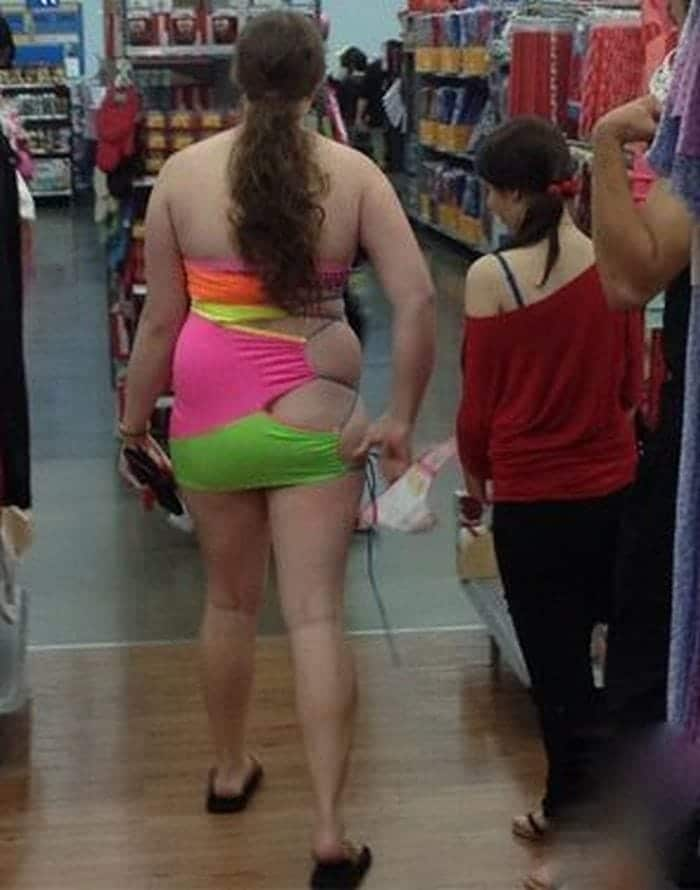 женщина в странном платье