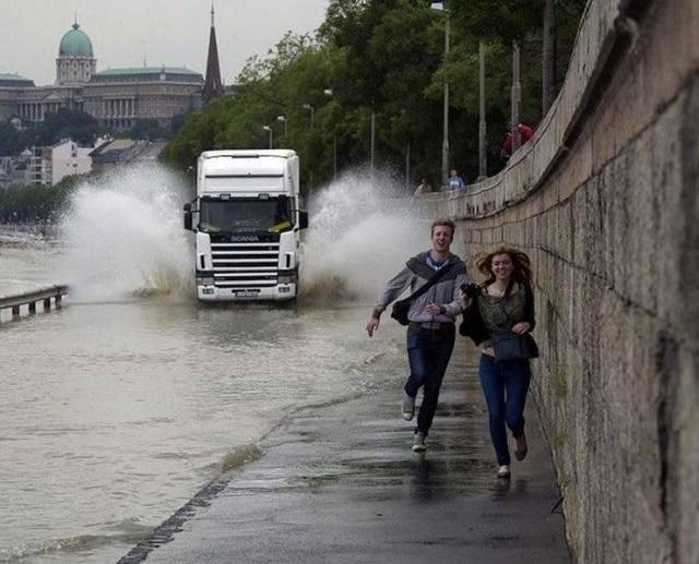 люди убегают от брызг машины