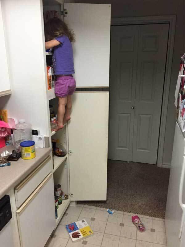 девочка стоит на полке в кухне