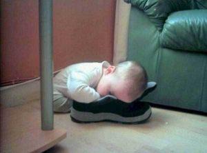 ребенок спит лицом в кроссовке