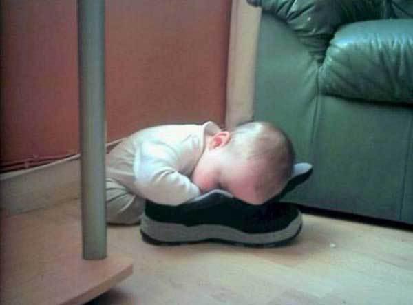 малыш спит лицом в кроссовке