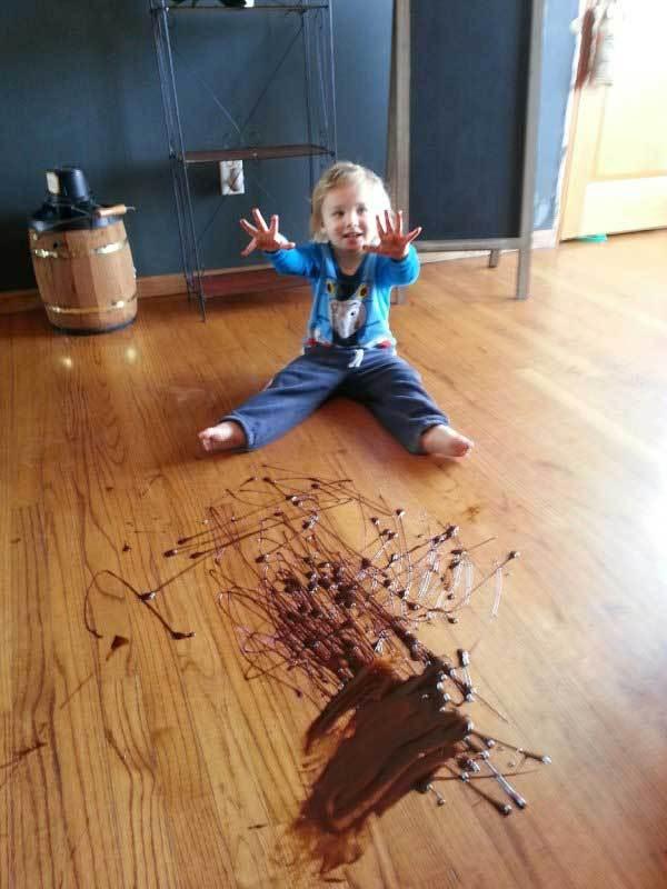ребенок размазал шоколад по полу