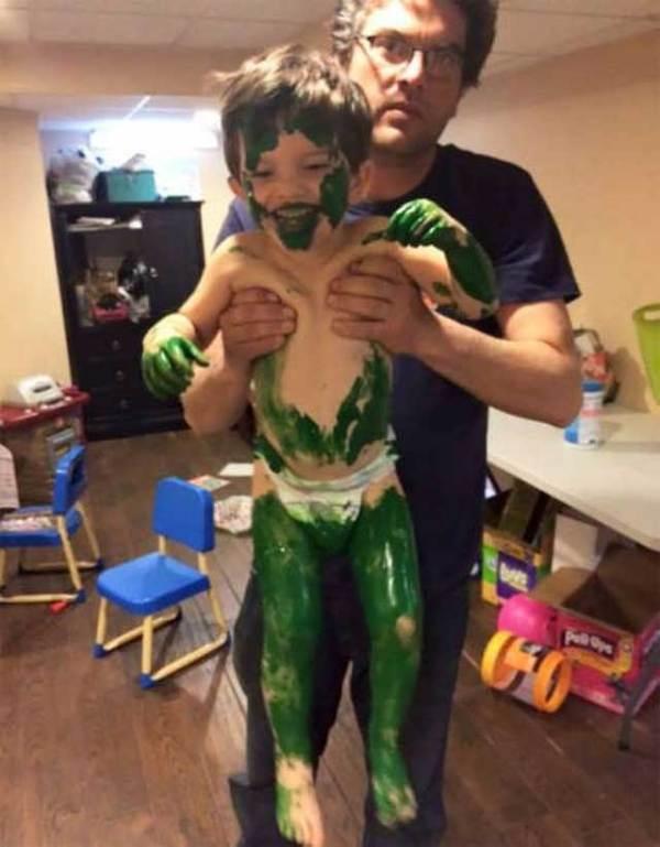мальчик в зеленой краске
