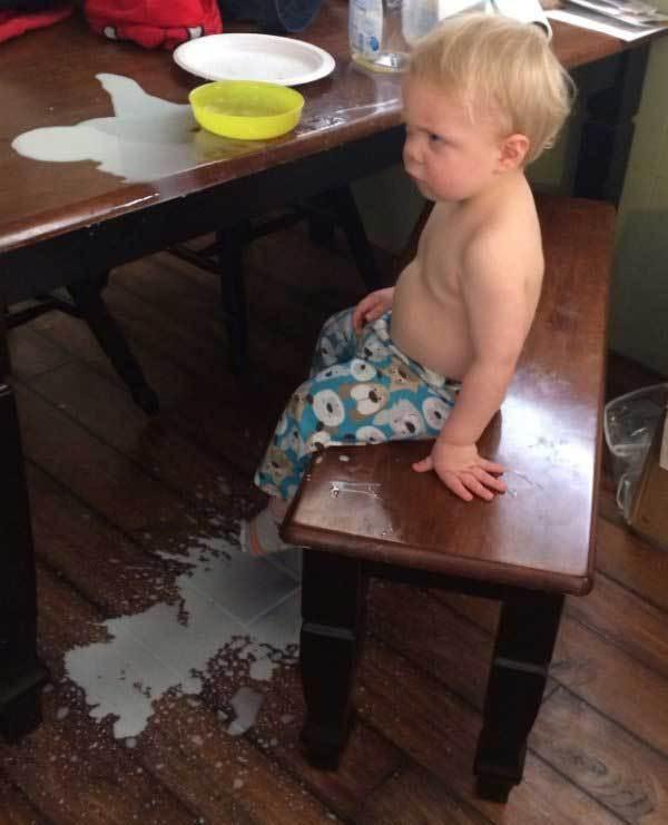 мальчик разлил молоко