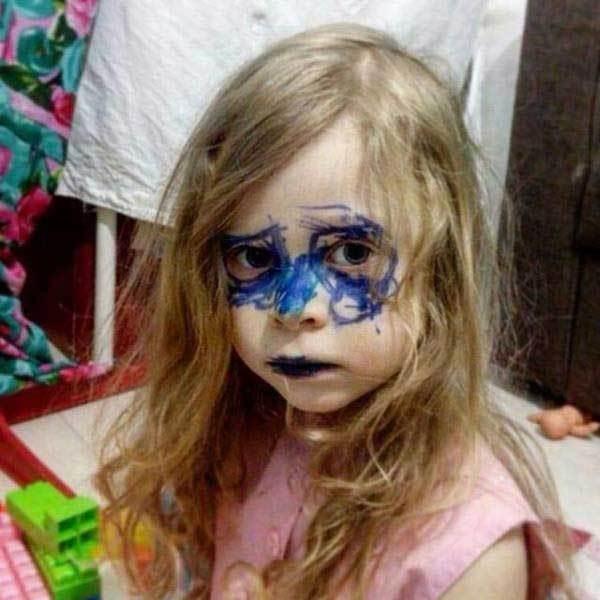 девочка с синим фломастером на лице