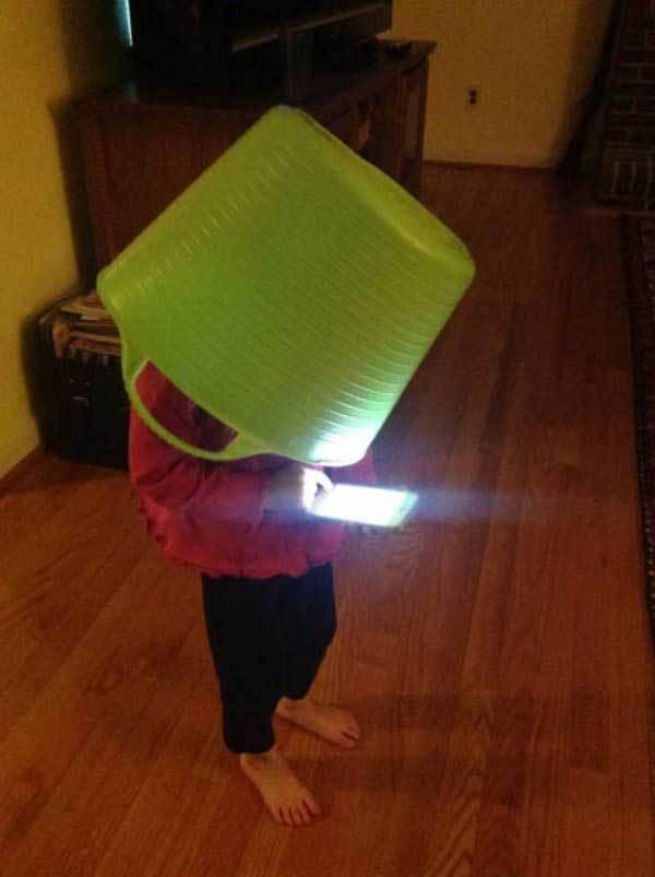 ребенок с корзиной на голове