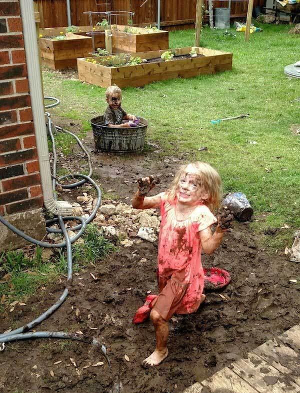 девочка и мальчик в грязи