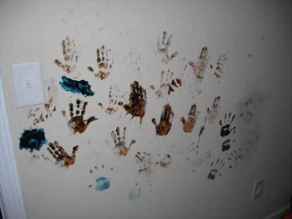 отпечатки детских ладоней на стене