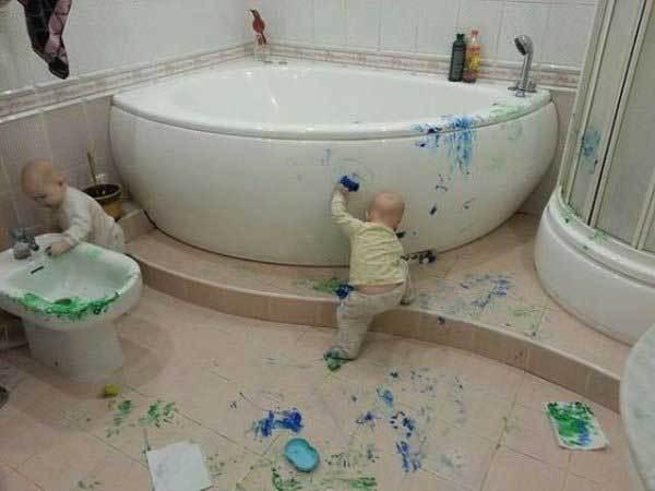 дети вымазали в краску ванную