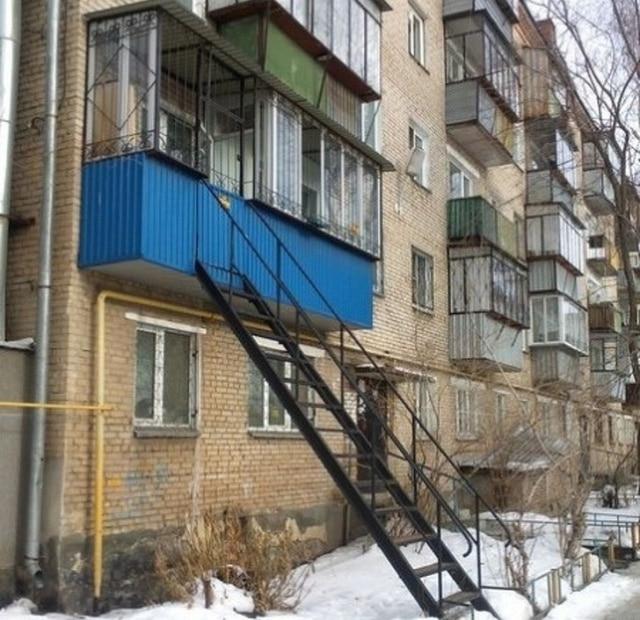 балкон с лестницей