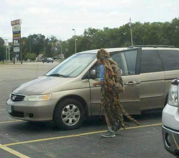 мужчина с дредами возле машины