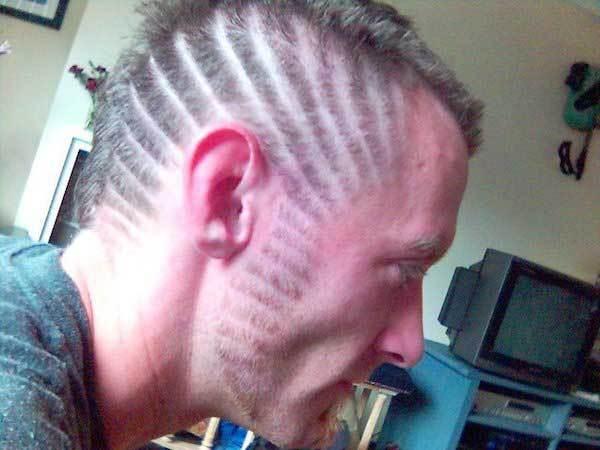 парень с выбритыми полосами на голове