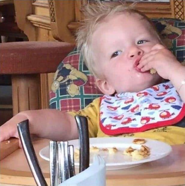 мальчик ест