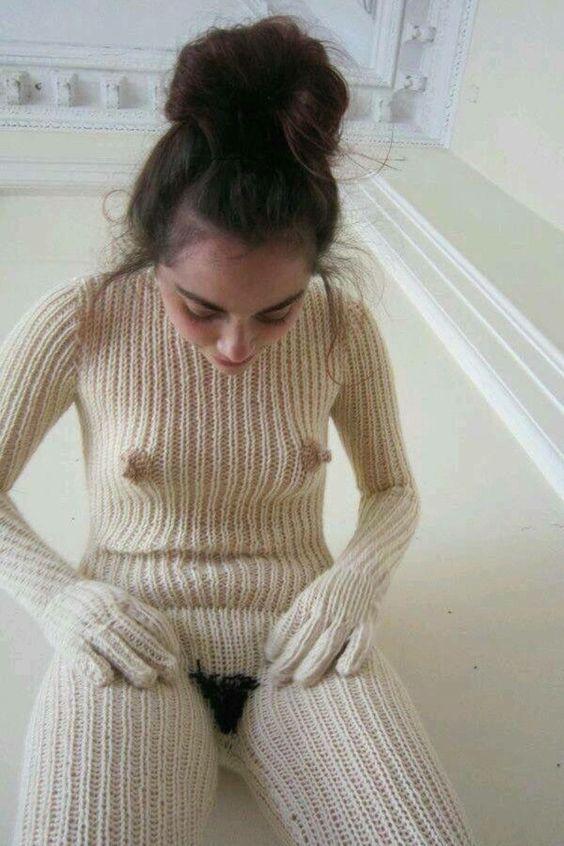 девушка в вязаном комбинезоне