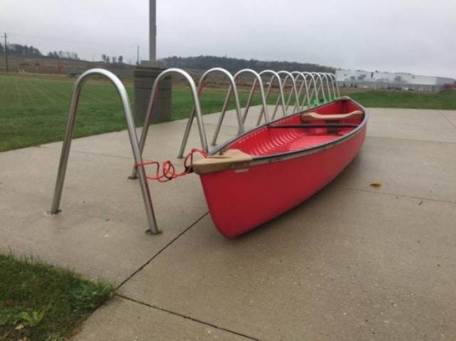 лодка на парковке