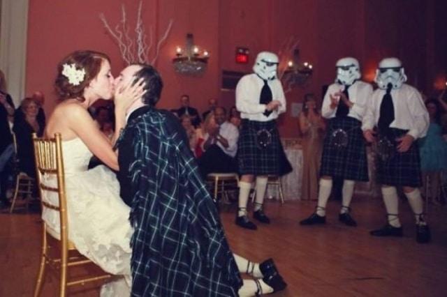 гости на свадьбе в шлемах дарта вейдера